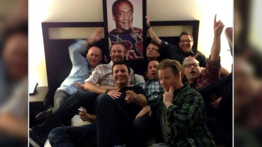 No quarto de hotel de Alex Afrasiabi, um quadro de Bill Cosby faz companhia ao time. Que mensagem eles pretendem passar com o retrato de um sentenciado abusador?